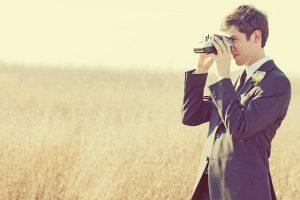 Bruidegom met polaroid camera