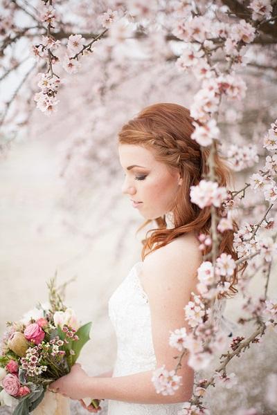 Bruid tussen de bloesem