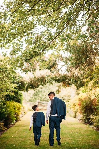 Bruidegom met zoontje in park