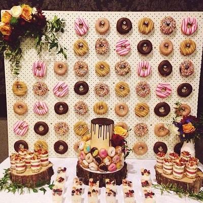 Donutmuur met bruidstaart