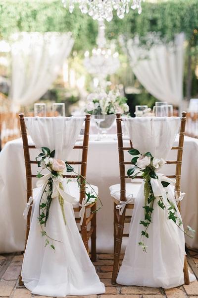 Stoeldecoratie met stof en bloemen