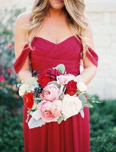 Bruidsmeisje met rode jurk