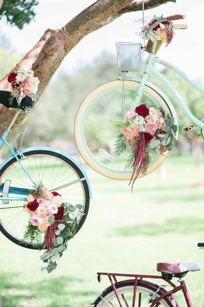 Fietsen met bloemen als backdrop