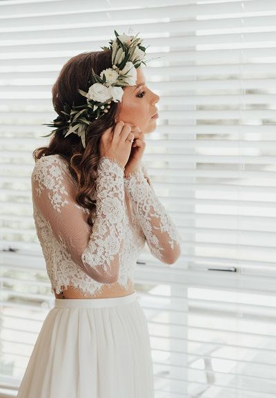 Bruid in two piece trouwjurk