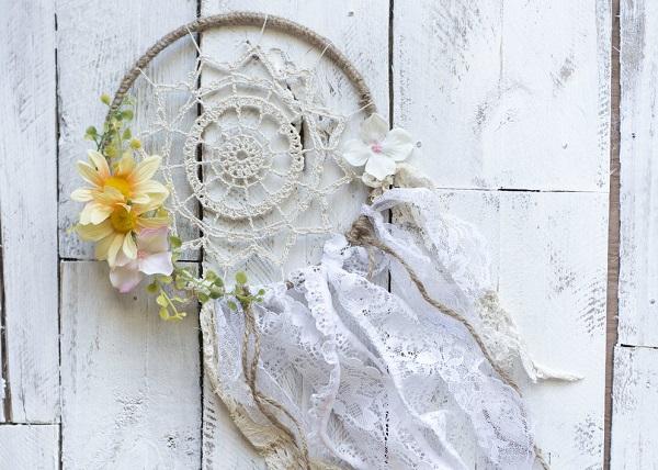 Deze romantische dromenvanger kun je zelf maken als for Zelf decoratie maken
