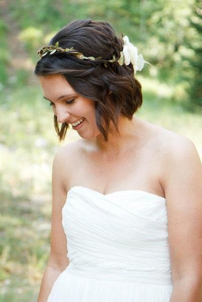 Bruid met kort krullend haar en bloemen
