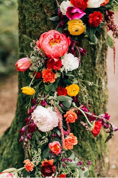 Bloemen als decoratie voor een bruiloft in het bos