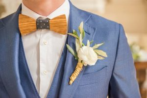 Bruidegom met houten vlinderstrik