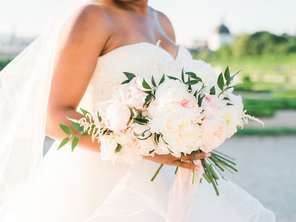 Bruid met wit bruidsboeket