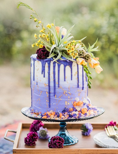 Paarse druipende bruidstaart