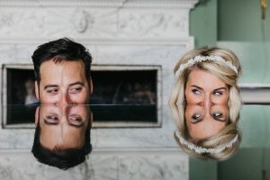 Hoofden van het bruidspaar op weerspiegelende tafel