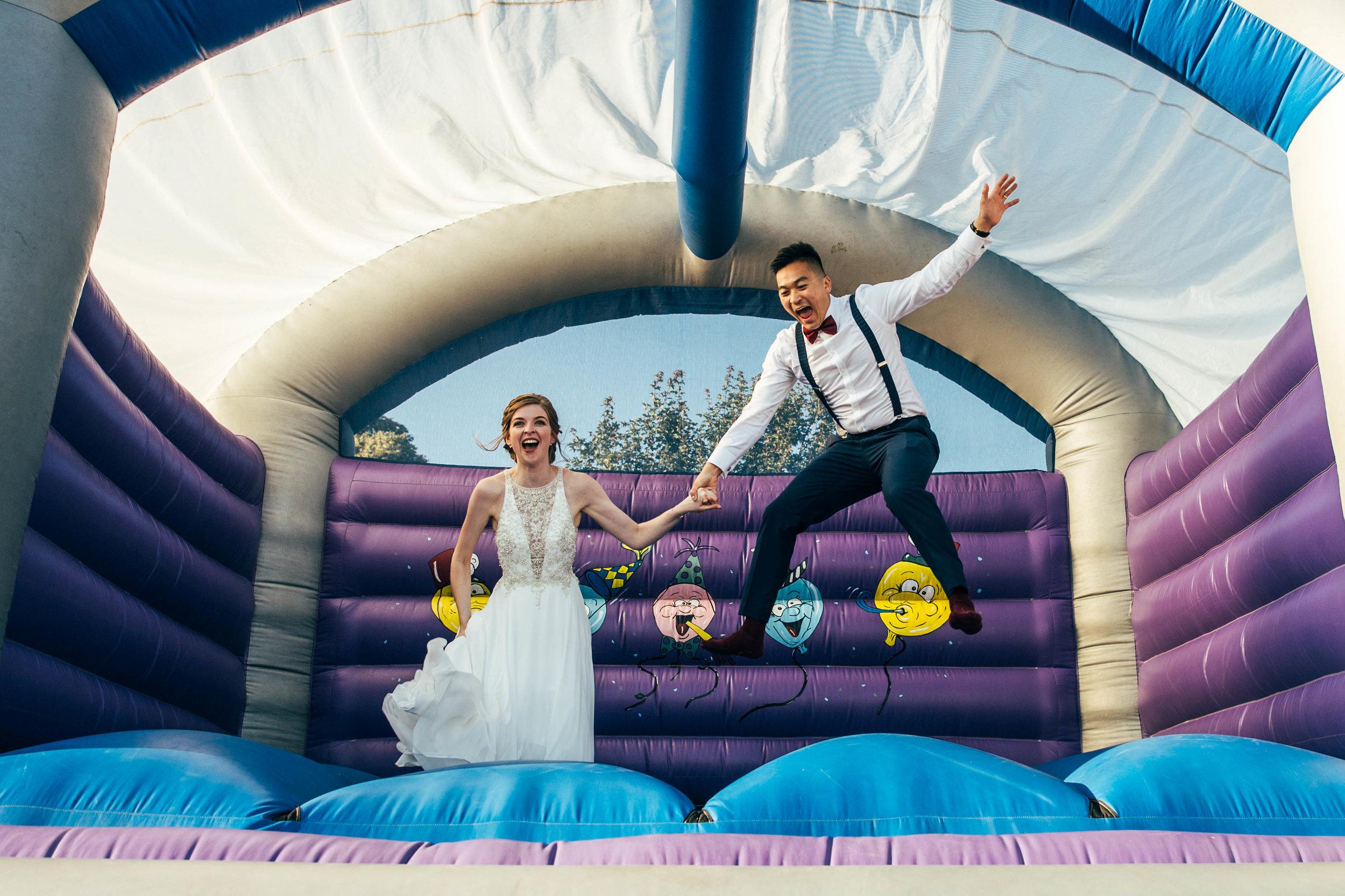 Bruidspaar op een springkussen