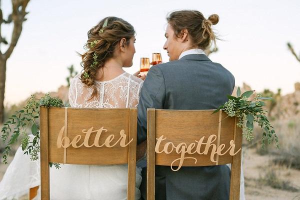 Bruidspaar op stoelen