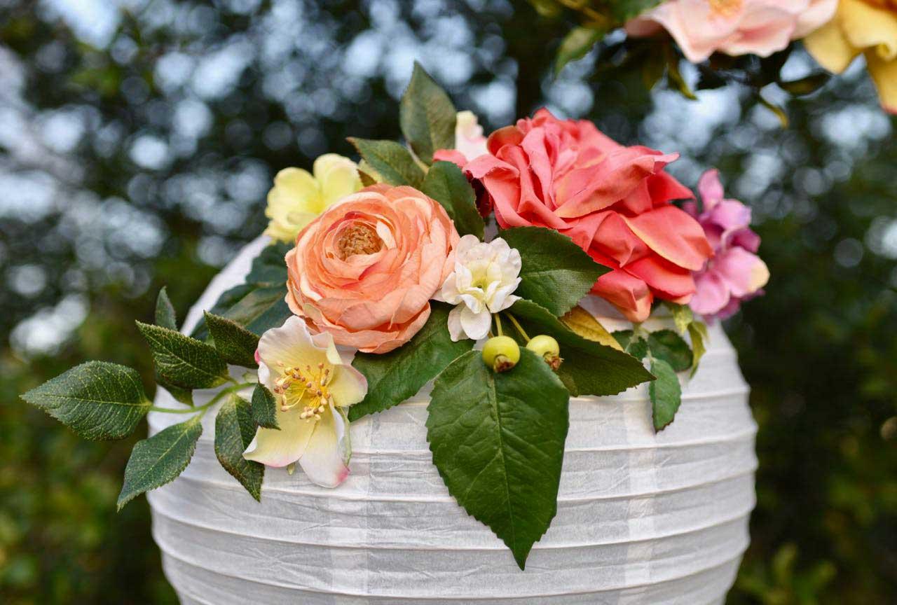 Lampionnen met bloemen voor de bruiloft