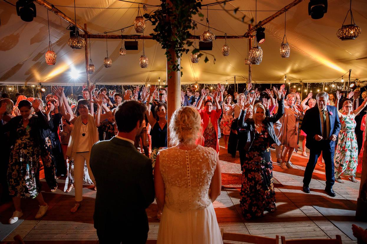 Bruidspaar wordt verrast door de gasten