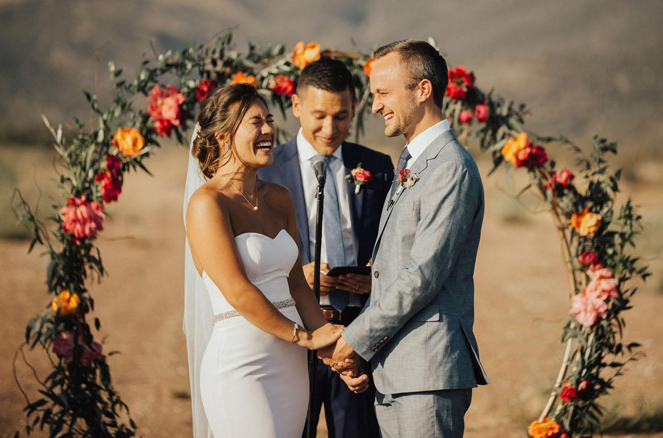 Lachend bruidspaar tijdens de trouwceremonie
