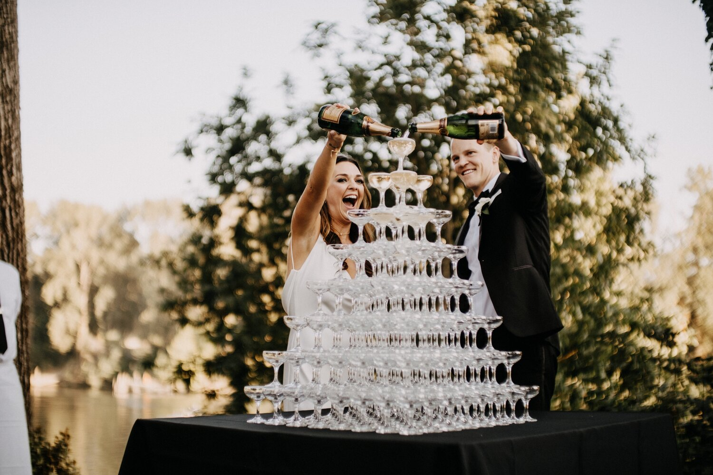 Bruidspaar bij champagne toren