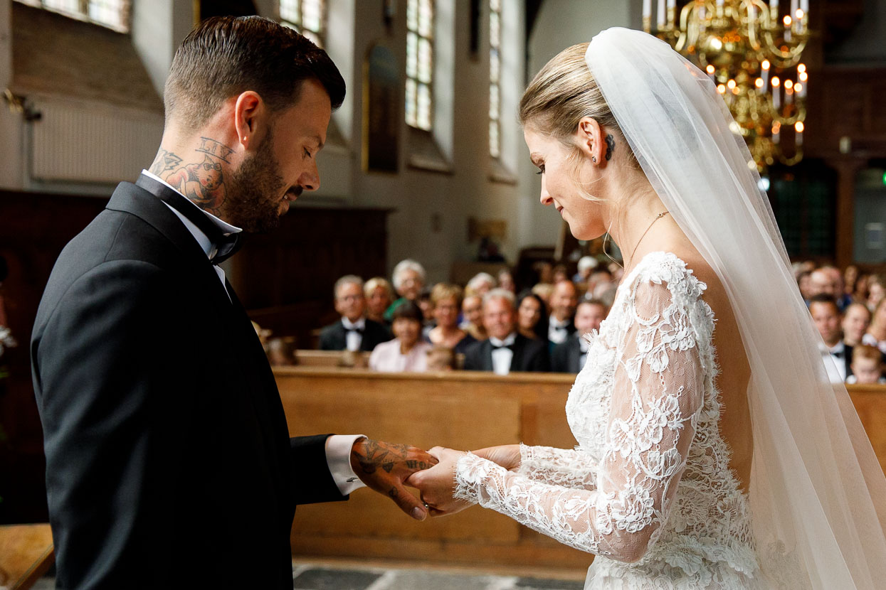 Bruidspaar tijdens ceremonie