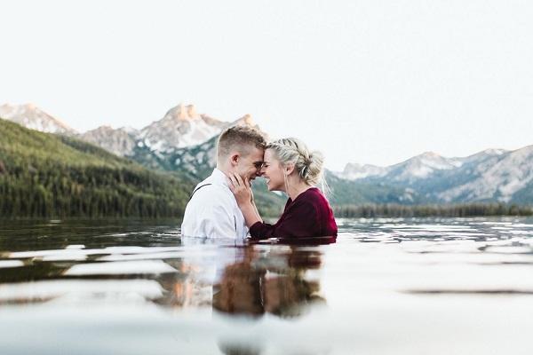 Verlovingsfoto in een meer