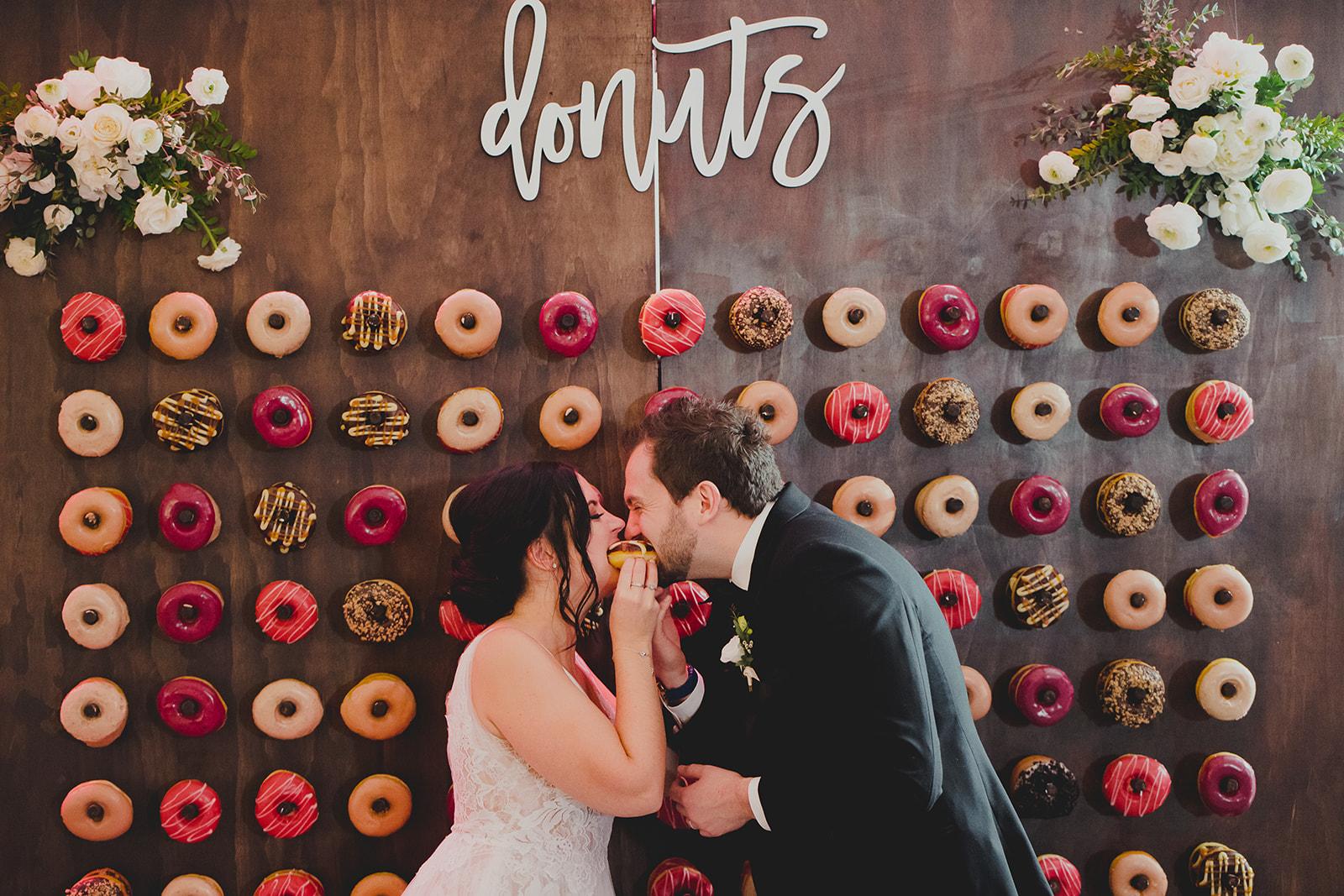 Bruidspaar voor donutmuur