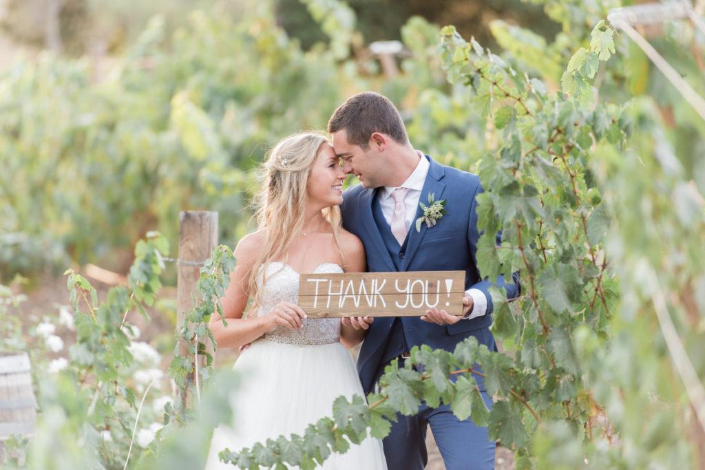 Bruidspaar met thank you bord