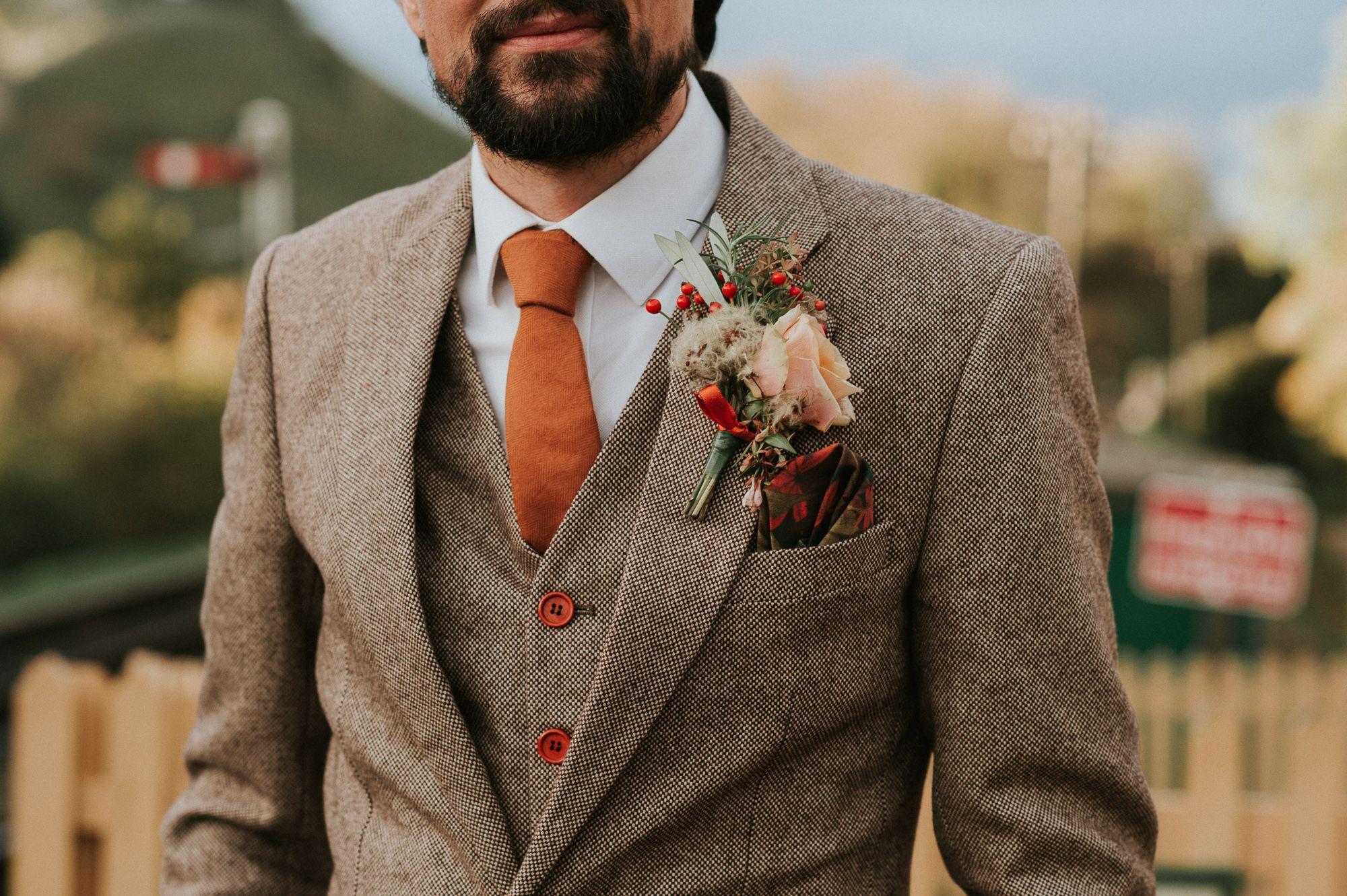 Man in pak op bruiloft