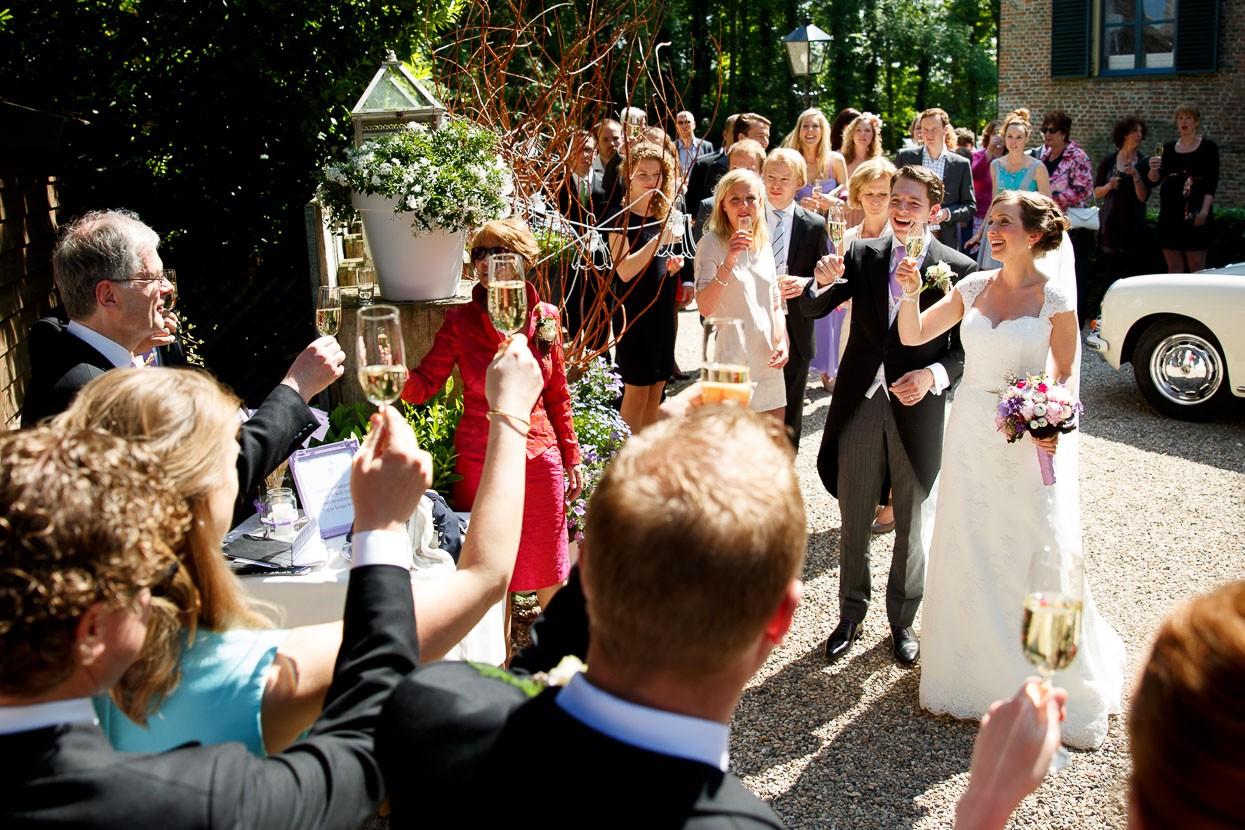 Proostend bruidspaar tijdens de receptie