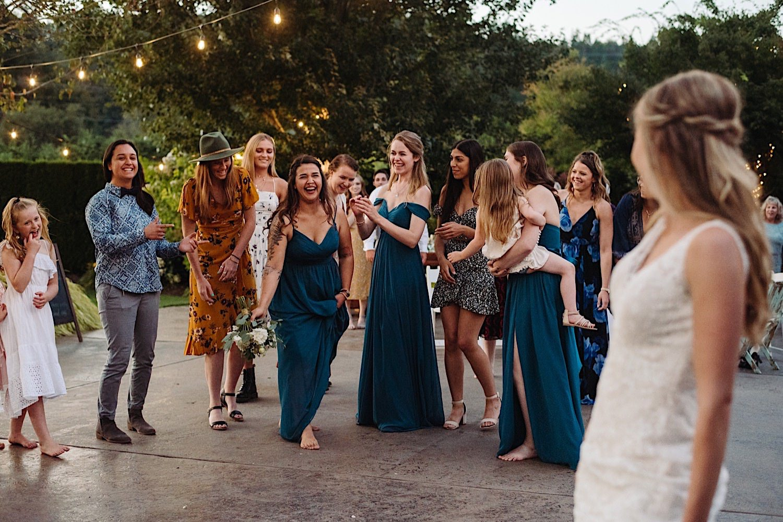 Bruidsmeisjes met het bruidsboeket