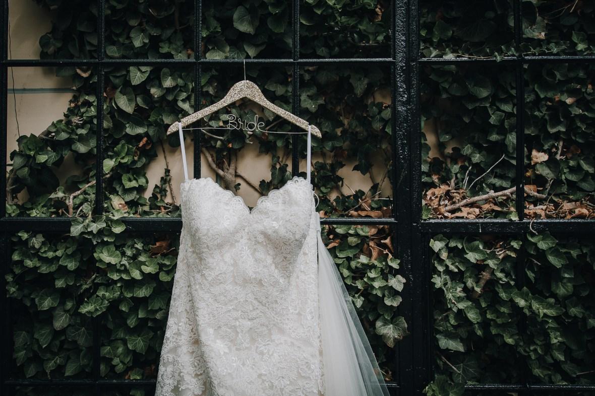 Bruidsjurk aan een kledinghanger