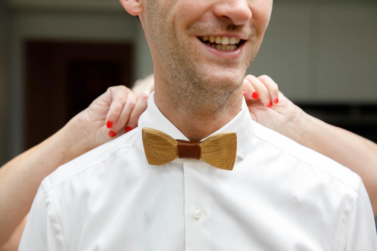 Bruidegom met houten strik