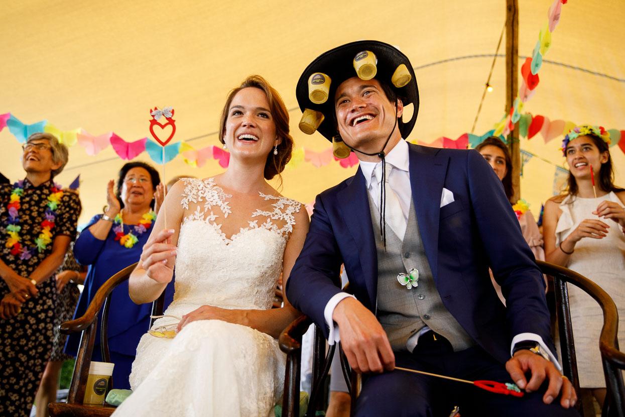 Bruidspaar lacht bij bruiloft stukjes