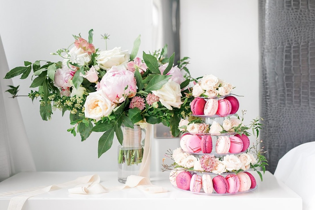 Roze macarons op standaard