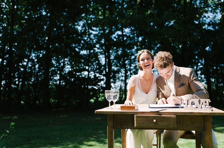 Bruidspaar zet handtekening