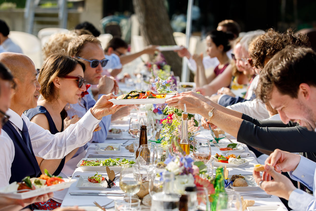 Tafel met gasten aan het bruiloft diner