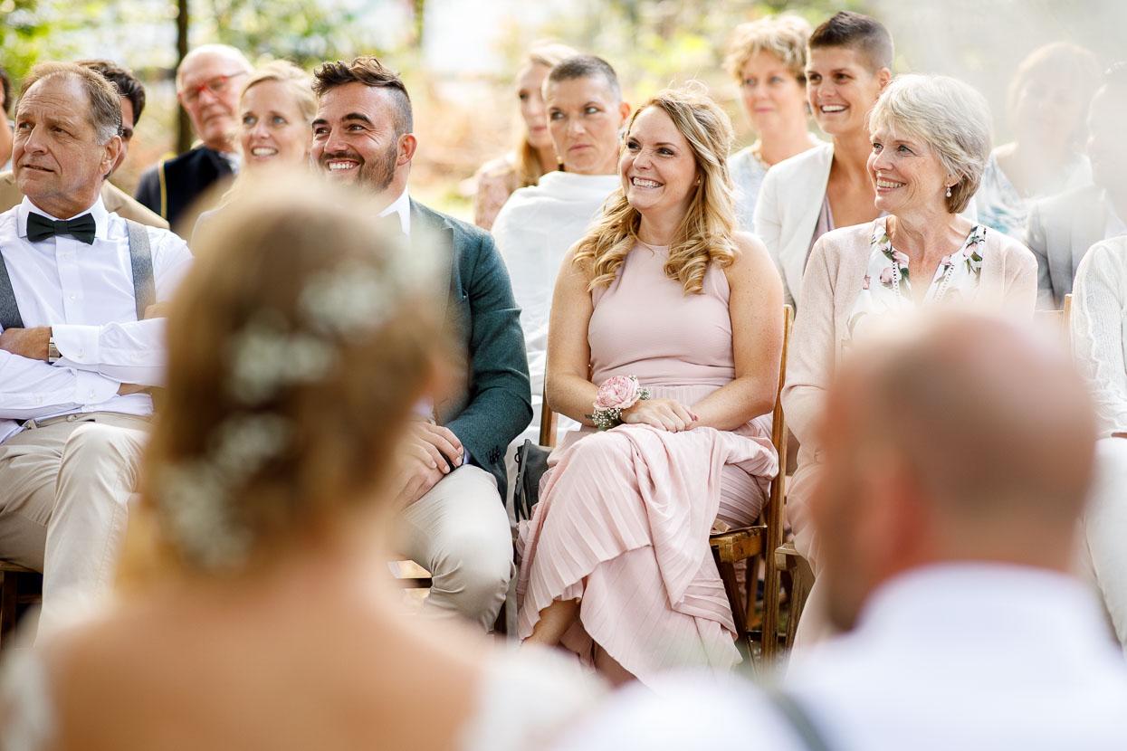 Daggasten zitten vooraan tijdens de bruiloft