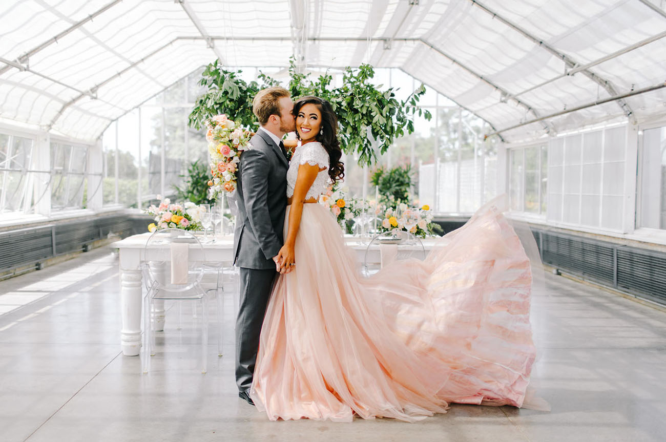 Bruid met roze bruidsjurk