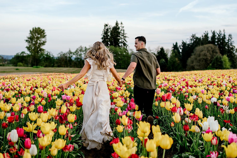 Bruidspaar tussen de tulpen