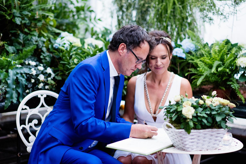 Bruidspaar tekent de huwelijksakte