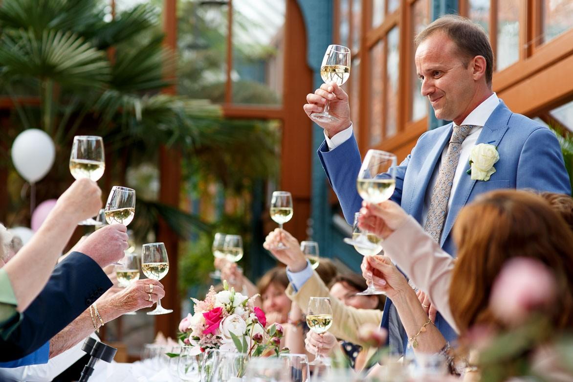 Speech van de bruidegom met een toost